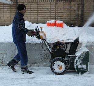 Чистка территории, возле торговых центров, от снега